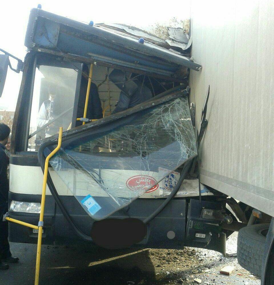 برخورد کامیون با اتوبوس ۱۳مصدوم سرپایی برجای گذاشت