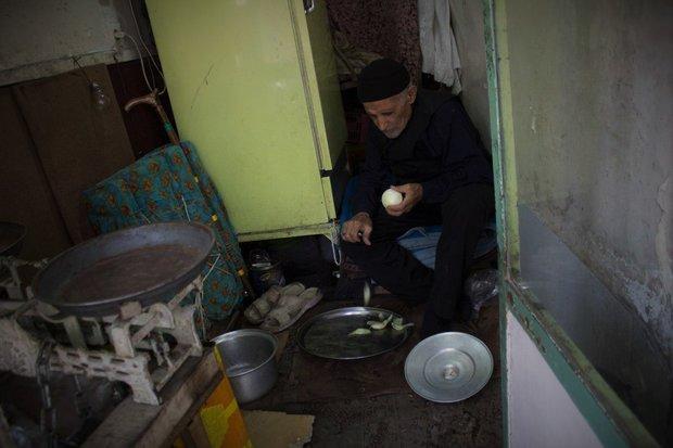 مردی که نیم قرن پایش را دراز نکرد/تنهاییاش در خانه ۵متری جا نمیشود