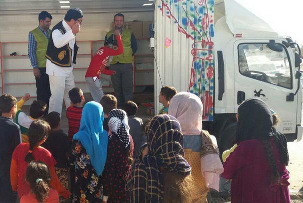 اجرای تئاتر عروسکی توسط کامیونت سیار برای کودکان و نوجوانان مناطق زلزلهزده کرمانشاه