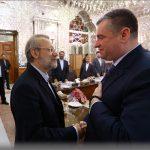هدیه ویژه رئیس کمیته امور بین الملل مجلس دومای روسیه به علی لاریجانی + عکس