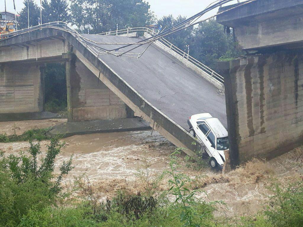 نجات راننده محبوس شده در تخریب پل در گیلان