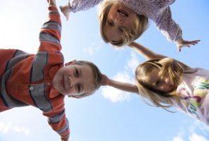 « پیک امید» شادابی به کودکان روستاهای محروم هدیه می دهد