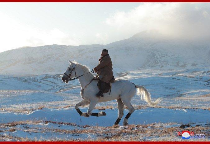کیم جونگ-اون با اسب سفید بر  بالای بلندترین قله کره شمالی