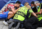 رفتار اخلاقی کریس به دلیل مصدومیت کادر امنیتی در اثر شوت رونالدو
