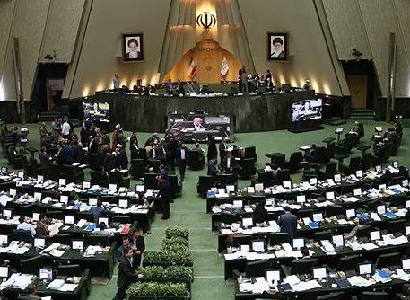 نمایندگان از توضیحات رئیس جمهور به سوالی درباره استمرار تحریمهای بانکی قانع شدند