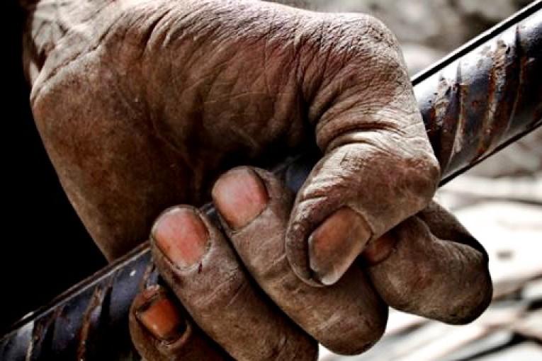 ارزش واقعی دستمزد کارگران به نصف سال ۱۳۹۶ کاهش یافته است